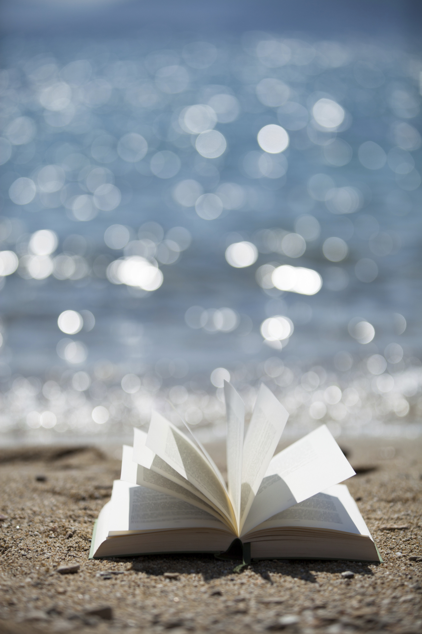 Buch im Wind mit Meeresglitzern